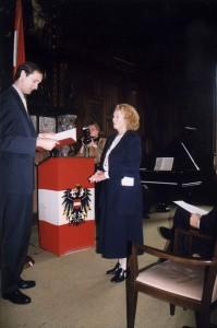 Verleihung des Berufstitels Professor 1998  durch den Österreichischen Bundeskanzler, vertreten durch Mag. Dr. Andreas Mailath-Pokorny