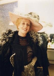 Schauspielhaus Bonn. Schauspielhaus Bonn. Premiere: 8. 4.1990. Intendant: Prof. Peter Eschberg. Edward Bond, Die See - Mrs. Louise Rafi. Regie: Anselm Weber. (Maskenfoto)